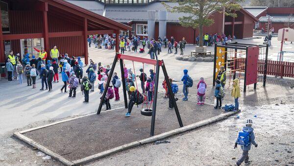 Uczniowie przed jedną ze szkół w Trondheim, Norwegia. - Sputnik Polska