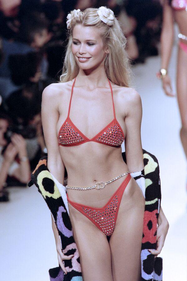 Niemiecka top modelka Claudia Schiffer na francuskim pokazie mody Chanel 17 października 1994 r - Sputnik Polska