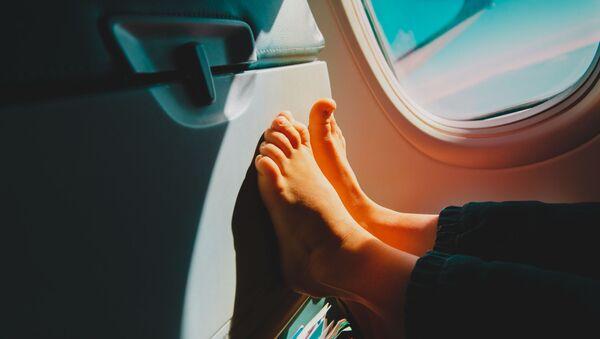Piloci i personel pokładowy wyjaśniają, dlaczego nie należy zdejmować butów podczas lotu - Sputnik Polska