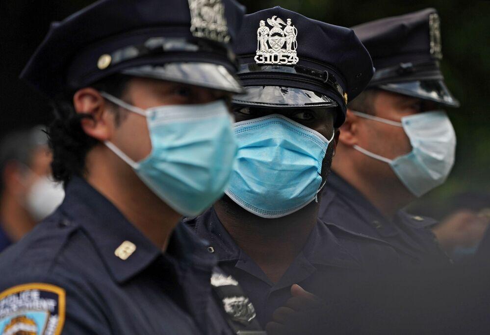 Policjanci w maskach w Nowym Jorku