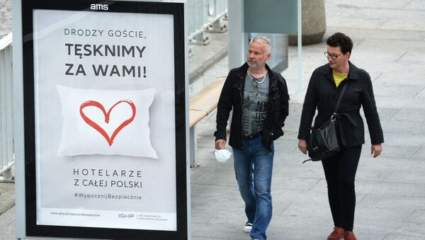 Mieszkańcy Warszawy podczas epidemii koronawirusa. Obok zabawny plakat o branży hotelowej - Sputnik Polska