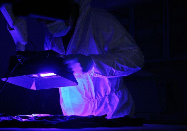 Naukowiec podczas pracy z ultrafioletem