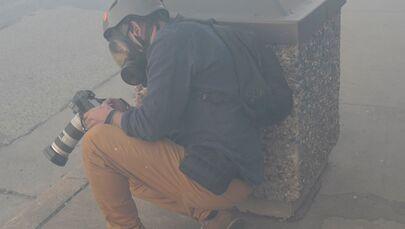 Fotoreporter Reuters Carlos Barria w chmurze gazu łzawiącego w Minneapolis