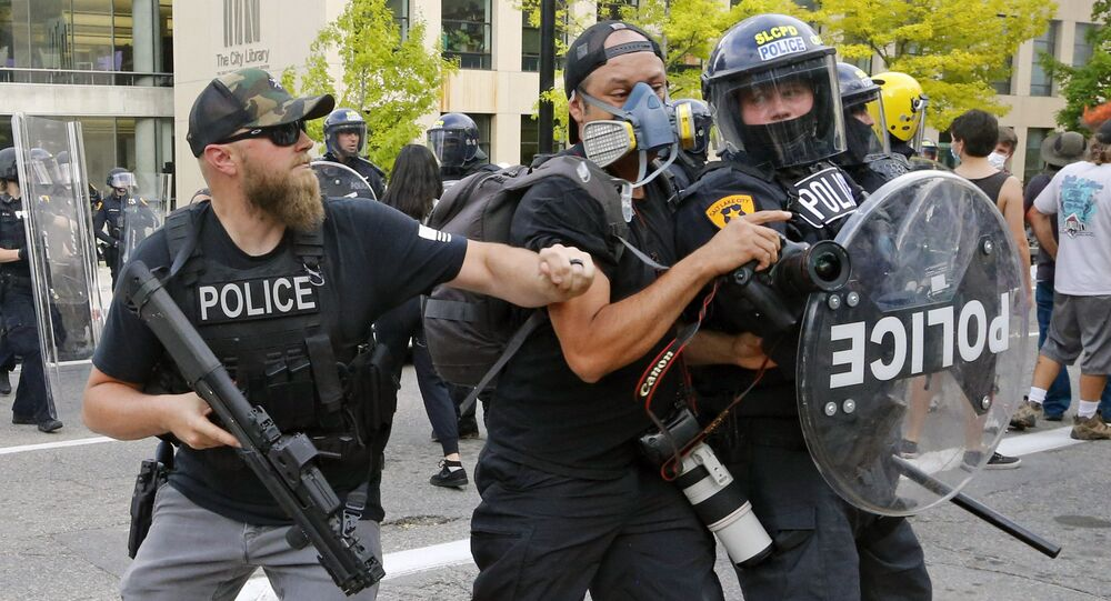 Policjanci popychają dziennikarza podczas protestów w USA