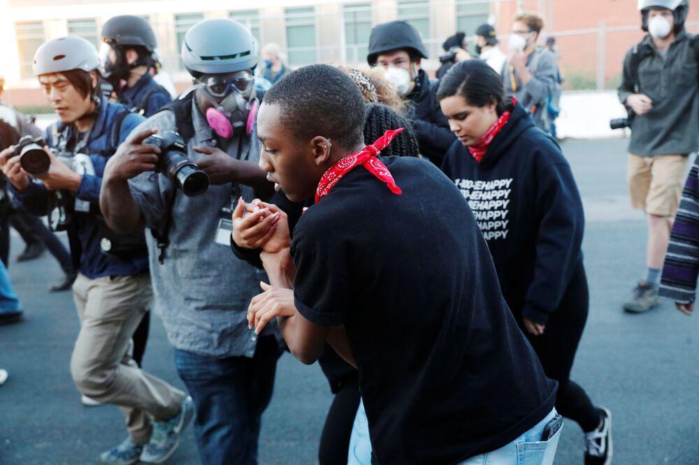 Fotoreporter LA Times  Jason Armond и dziennikarz Go Nakamura podczas zamieszek w USA