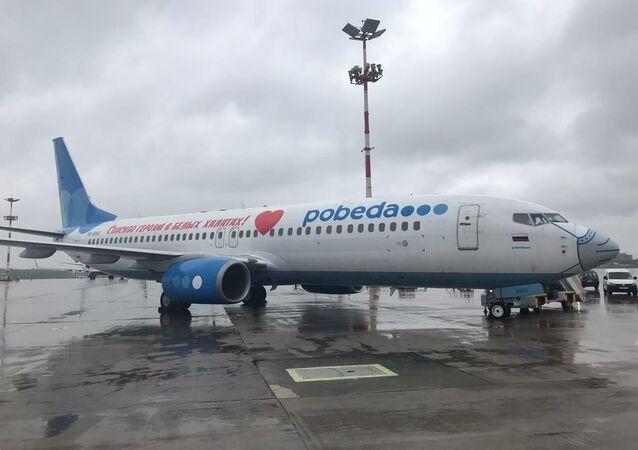 Samolot linii lotniczy Pobeda w nowej liberii: maseczce i ze słowami podziękowania dla rosyjskich lekarzy