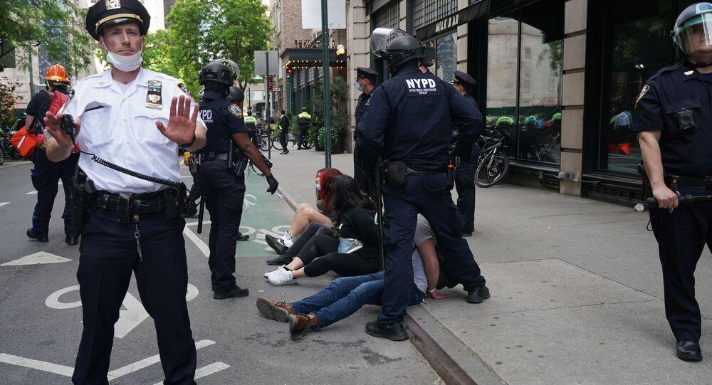 Funkcjonariusze policji dokonują zatrzymań w czasie protestu w Nowym Jorku