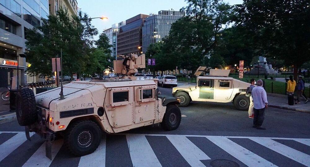 Pojazdy wojskowe na ulicy w Waszyngtonie w USA