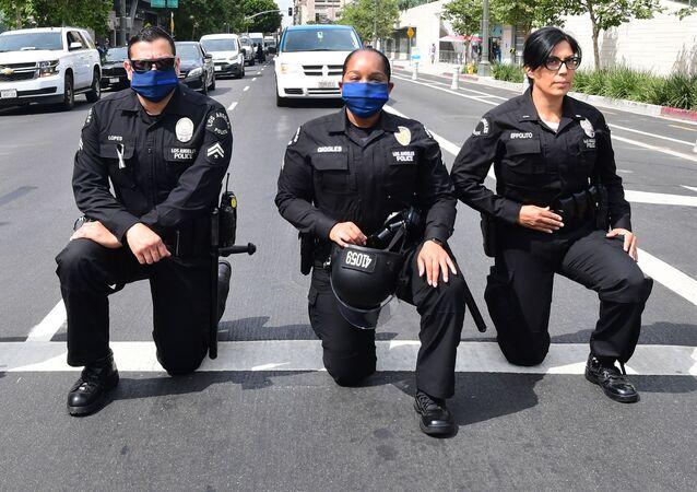 Policjanci z Los Angeles klęczą podczas wiecu ku pamięci George'a Floyda