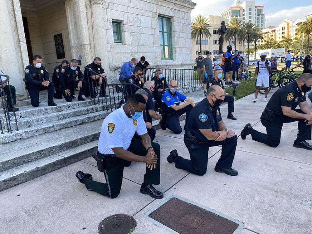Policja w Miami klęczy i modli się z protestującymi