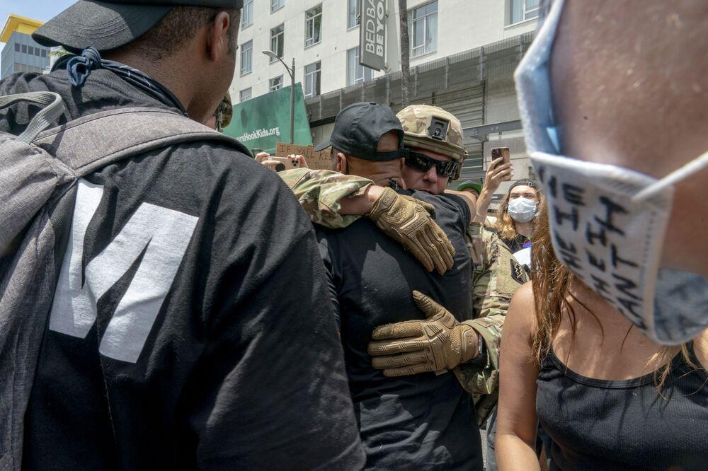 Protestujący i funkcjonariusze Gwardii Narodowej USA obejmują się podczas demonstracji po śmierci George'a Floyda w Los Angeles