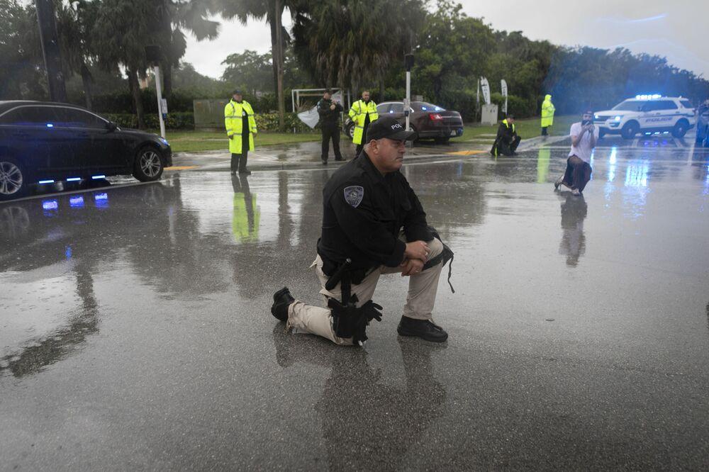 Policjant klęczy podczas protestu przeciwko brutalności policji i śmierci George'a Floyda, Floryda