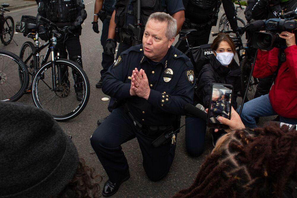 Szef policji Steve Miletus klęka obok demonstrantów, aby zaprotestować przeciwko śmierci George'a Floyda