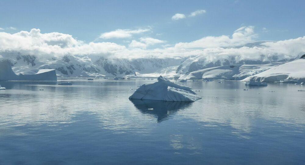 Góra lodowa na Oceanie Południowym