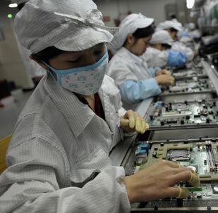 Chińscy robotnicy w fabryce Foxconn