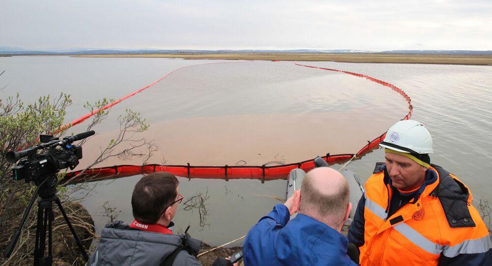 Pracownicy Morskiej Służby Ratunkowej likwidują skutki wycieku paliwa przy ujściu rzeki Ambarnaja