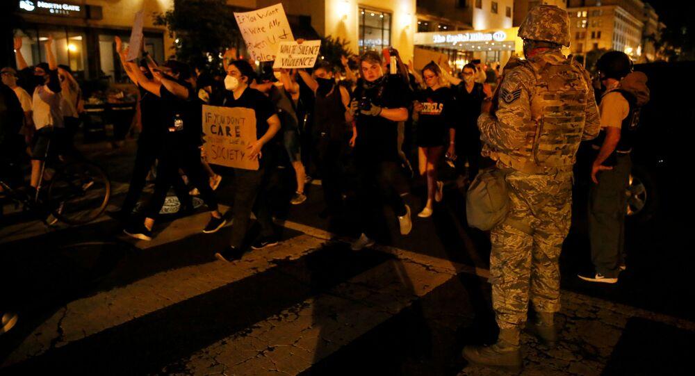 Protestujący w pobliżu Białego Domu w Waszyngtonie