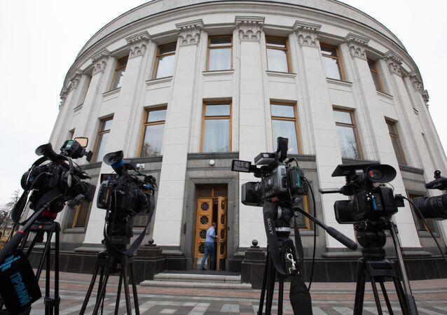Kamery telewizyjne przed Radą Najwyższą Ukrainy w Kijowie