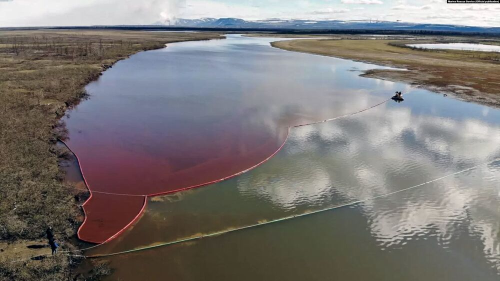 Wyciek oleju napędowego do rzeki Ambarnaja pod Norylskiem