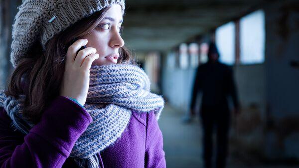 Kobieta rozmawia przez telefon - Sputnik Polska