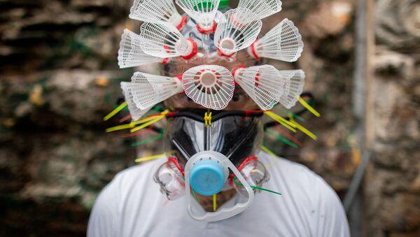 Filipiński artysta Leeroy New w masce swojego autorstwa - Sputnik Polska