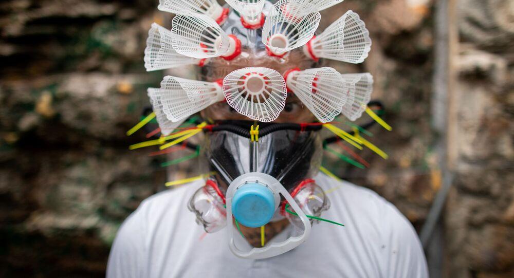 Filipiński artysta Leeroy New w masce swojego autorstwa