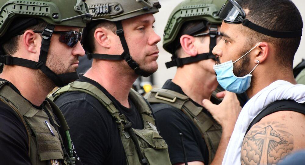 Protestujący i policja wojskowa na ulicy Waszyngtonu