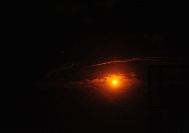 Syryjskie środki obrony powietrznej odpierają atak izraelskiej armii. Zdjęcie archiwalne
