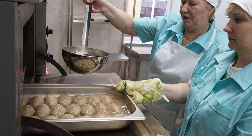 Kucharki przygotowują kotlety