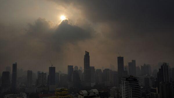 Słońce przebijające się przez smog w Bangkoku w Tajlandii - Sputnik Polska