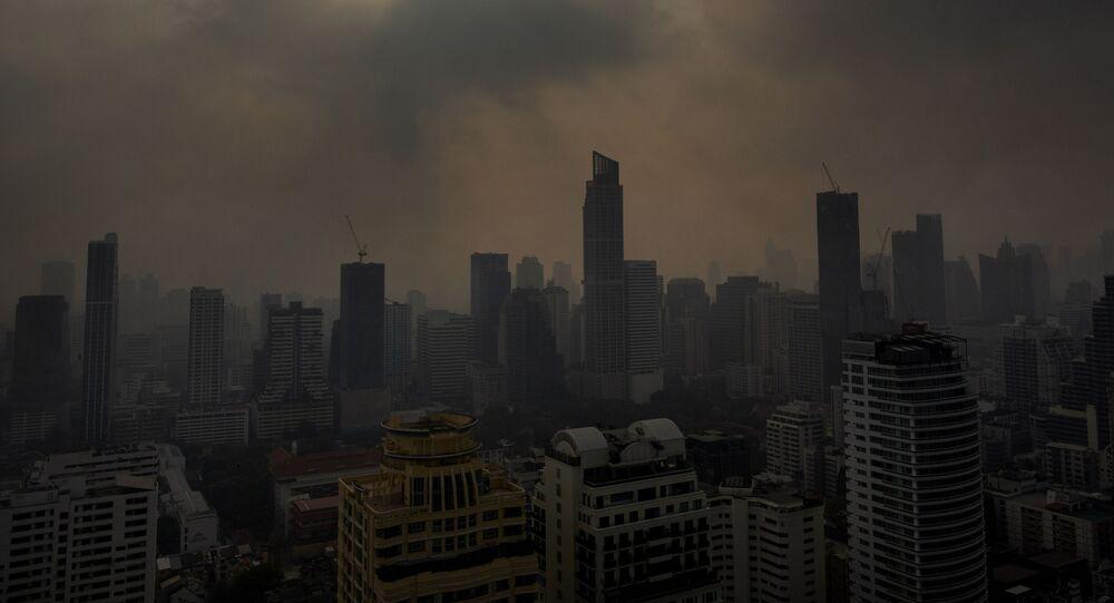 Słońce przebijające się przez smog