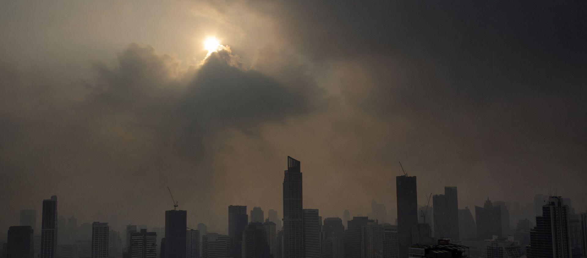 Słońce przebijające się przez smog w Bangkoku w Tajlandii - Sputnik Polska, 1920, 22.04.2021