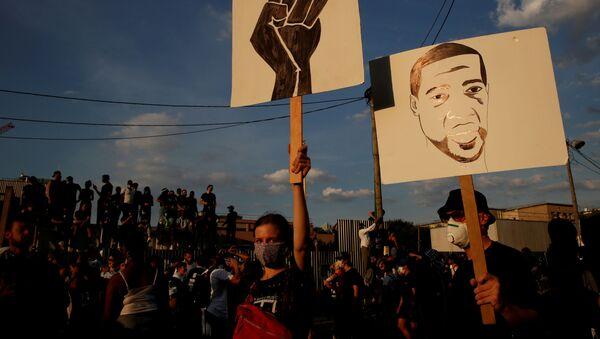 Protesty po śmierci George'a Floyda w Paryżu. - Sputnik Polska
