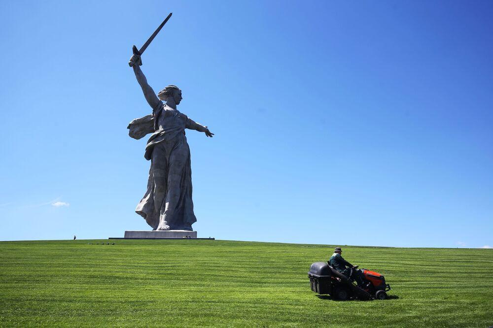 Posąg Matka Ojczyzna Wzywa! w Wołgogradzie po restauracji
