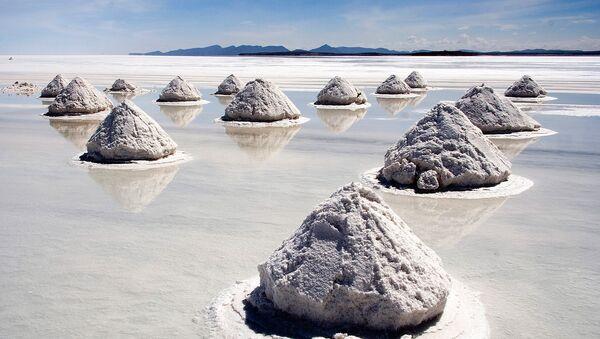 Pozostałość po wyschniętym słonym jeziorze. Powierzchnię solniska pokrywa skorupa, pod którą znajduje się niezwykle bogata w lit solanka - Sputnik Polska