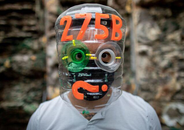 Filipiński artysta Leeroy New w masce własnego autorstwa