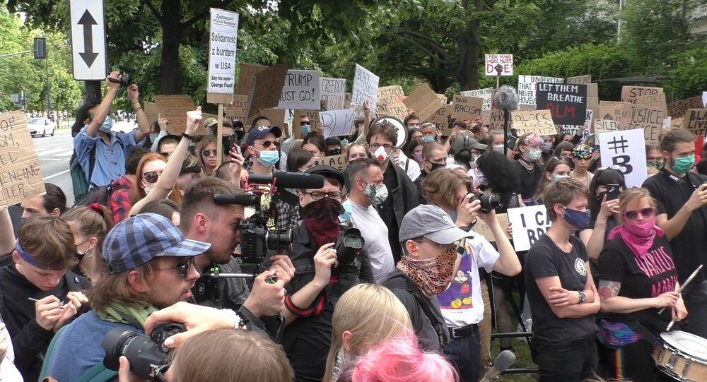 Protest przeciwko zabójstwu Georga Floyda pod ambasadą USA w Warszawie.