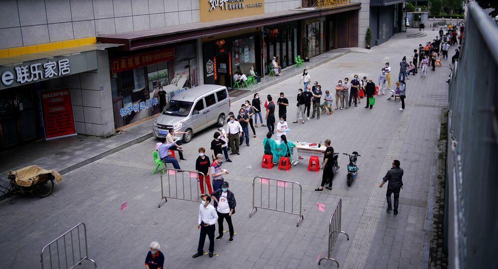 Mieszkańcy Wuhan stoją w kolejce do testów