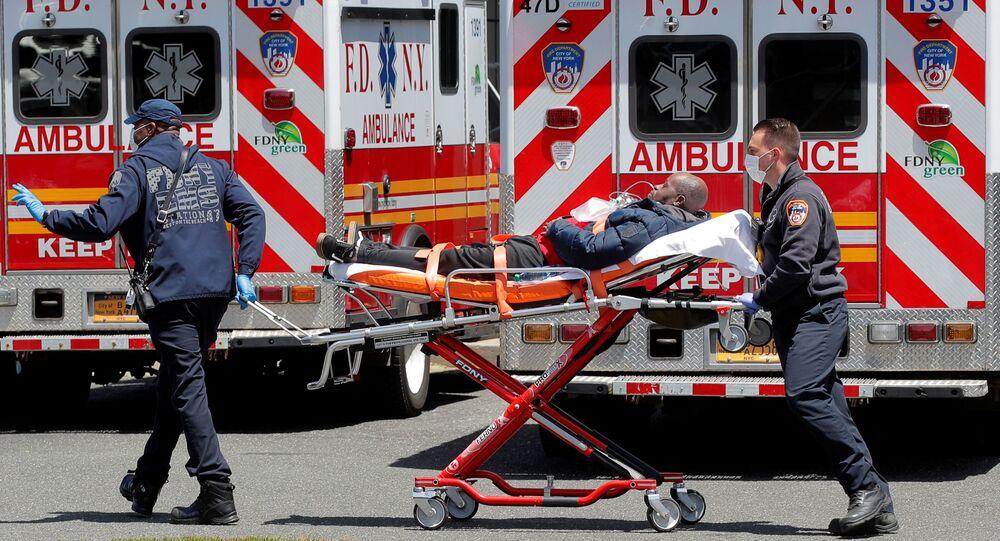 Strażacy z Nowego Jorku zabierają pacjenta do szpitala