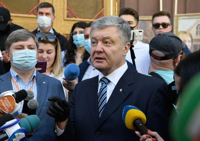 Były prezydent Ukrainy, deputowany Rady Najwyższej Ukrainy Petro Poroszenko pod budynkiem Państwowego Biura Śledczego