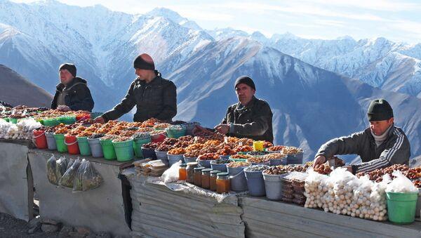 Sprzedawcy suszonych owoców w Tadżykistanie - Sputnik Polska