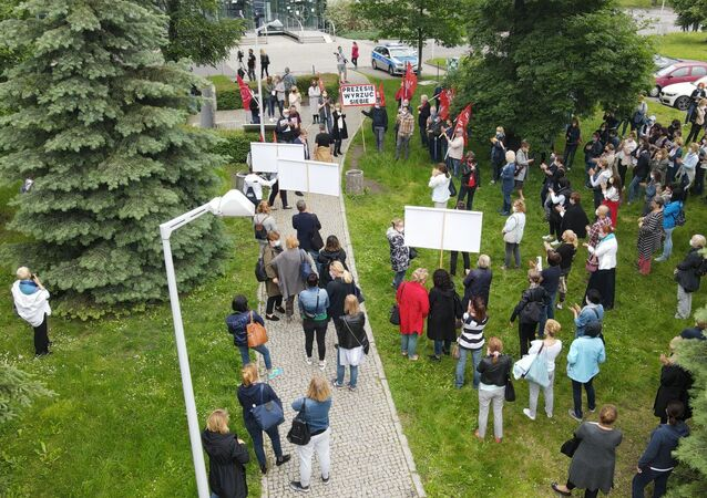 Demonstracja pod siedzibą LOT-u