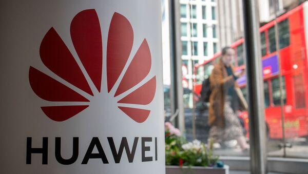 Pieszy na tle reklamy firmy Huawei w Londynie - Sputnik Polska