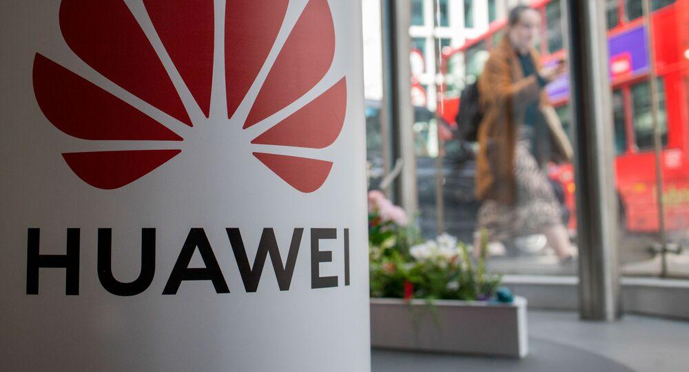 Pieszy na tle reklamy firmy Huawei w Londynie