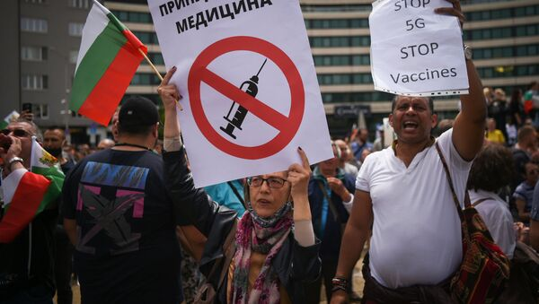 Bułgarzy protestujący przeciwko obowiązkowym szczepieniom i technologii 5G - Sputnik Polska