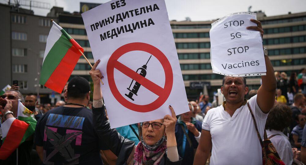 Bułgarzy protestujący przeciwko obowiązkowym szczepieniom i technologii 5G
