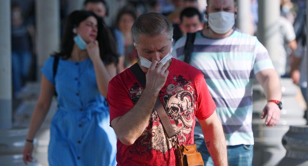 Pasażerowie w maskach medycznych na peronie Dworca Jarosławski w Moskwie