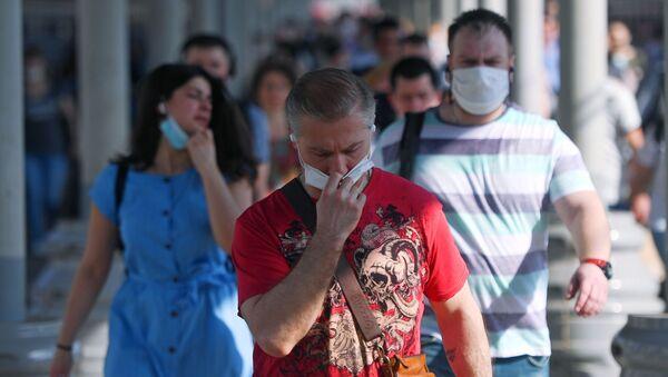 Pasażerowie w maskach medycznych na peronie Dworca Jarosławski w Moskwie - Sputnik Polska