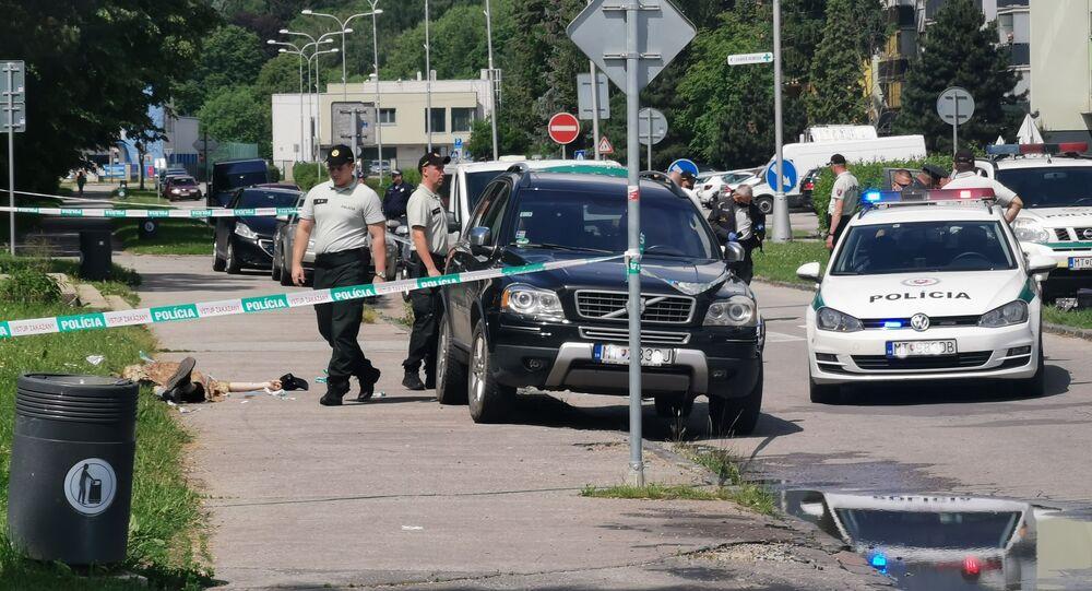 Policjanci w miejscu, gdzie doszło do ataku nożownika na szkołę w miejscowości Vrutky