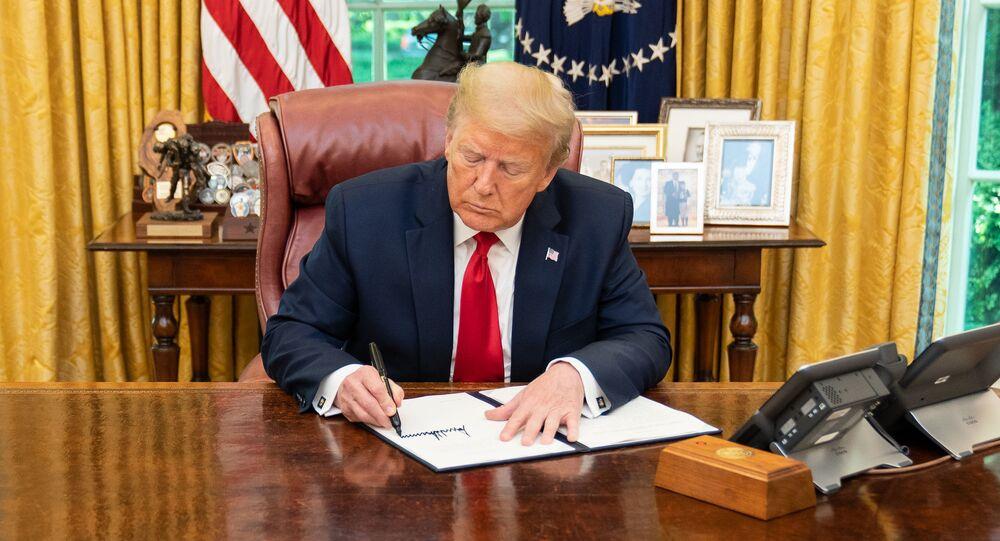 Prezydent USA Donald Trump składa podpis pod dokumentem